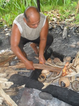 Umu fire-starting - a regular Samon Sunday experience but mesmerising to a tourist!